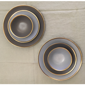 Mat lichtgrijs servies met gouden rand (NIEUW!)